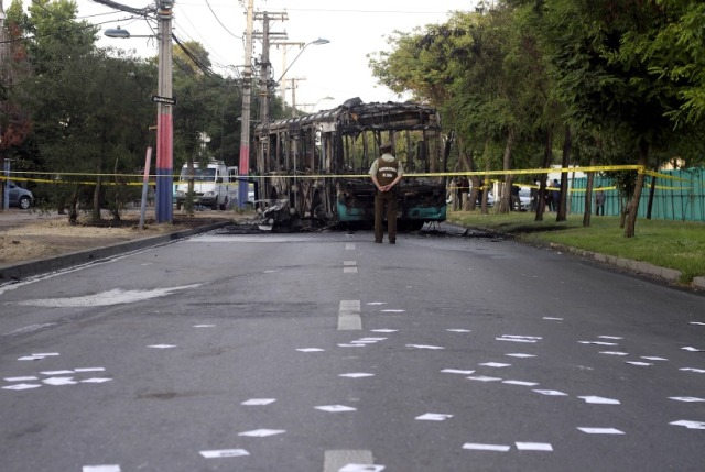 Encapuchados incendian bus en Villa Francia dejando panfletos anarquistas en el lugar